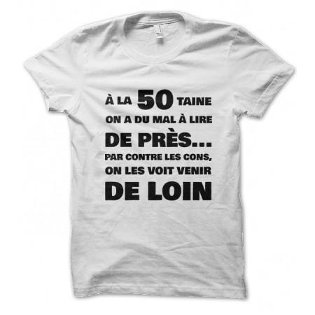 Tee Shirt humoristique A la cinquantaine, on a du mal à lire de près... mais on voit les cons venir de loin..